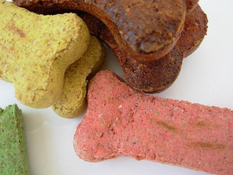 Wenn du bunte Hundekekse backen willst, kannst du einfach natürliche Farbstoffe unter den Teig rühren. Bild: Debbie Miller / PIXABAY